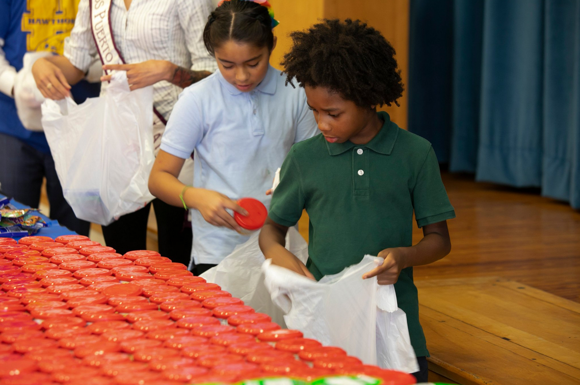 Teenagers Pack Extra Food for Kids in Louisville, Ky.